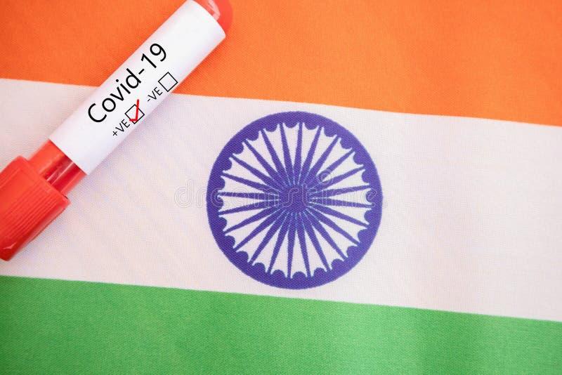 Concept van Covid-19, Coronavirus of nCov 2019-positieve test in India met bloedmonster en -vlag royalty-vrije stock afbeeldingen