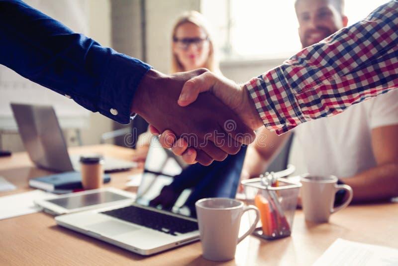 Concept van de bedrijfs het mannelijke vennootschaphanddruk Foto twee bemant handenschuddenproces Succesvolle overeenkomst na gro royalty-vrije stock afbeelding