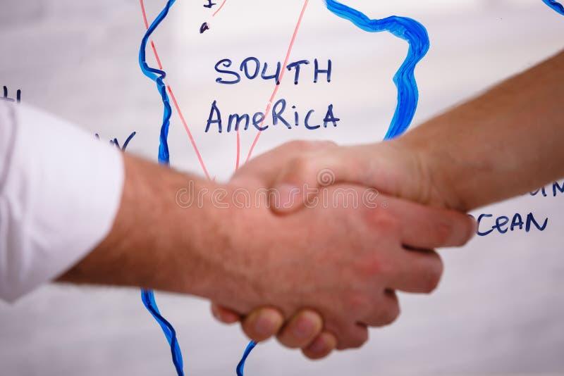 Concept van de bedrijfs het mannelijke vennootschaphanddruk Foto twee bemant handenschuddenproces Succesvolle overeenkomst na gro royalty-vrije stock fotografie