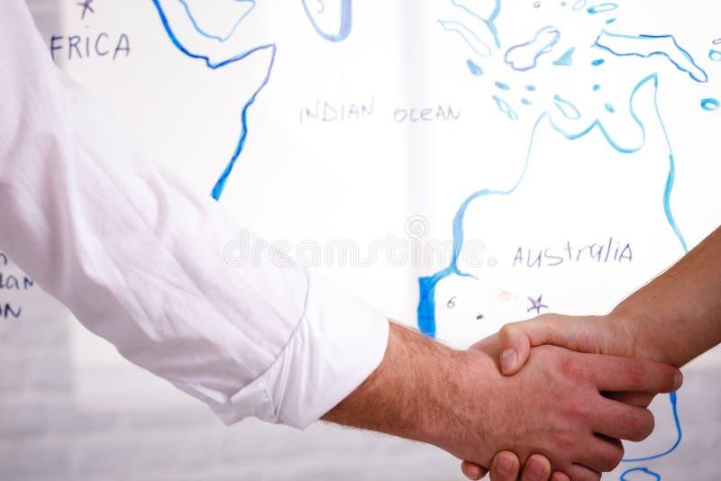 Concept van de bedrijfs het mannelijke vennootschaphanddruk Foto twee bemant handenschuddenproces Succesvolle overeenkomst na gro stock fotografie
