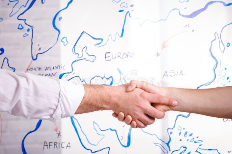 Concept van de bedrijfs het mannelijke vennootschaphanddruk Foto twee bemant handenschuddenproces Succesvolle overeenkomst na gro stock foto