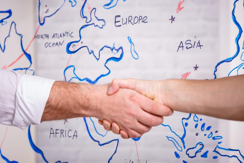 Concept van de bedrijfs het mannelijke vennootschaphanddruk Foto twee bemant handenschuddenproces Succesvolle overeenkomst na gro royalty-vrije stock foto
