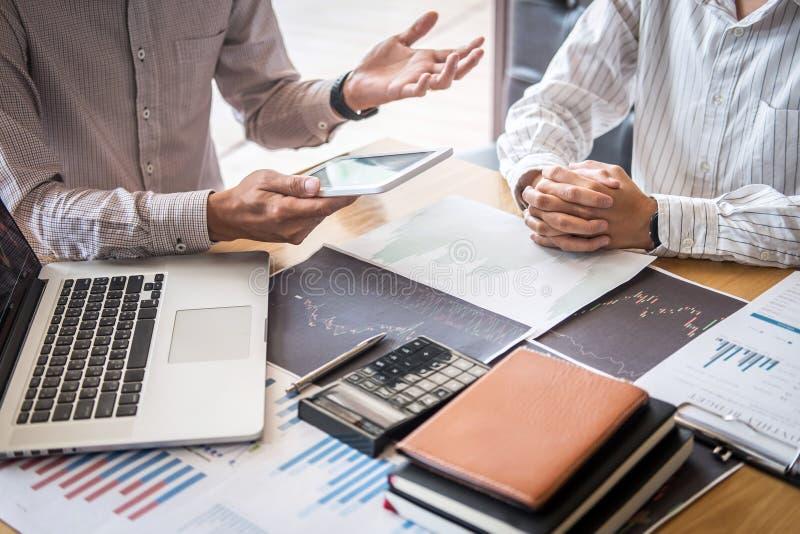 Concept van de beursmarkt, Team van investering of voorraadmakelaars die een overleg hebben en met het vertoningsscherm analysere royalty-vrije stock fotografie
