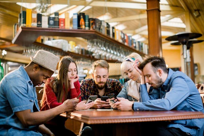 Concept van de de Communicatietechnologie het Digitale Tablet van de mensenvergadering Groep van vijf multiethnical studenten die stock afbeeldingen