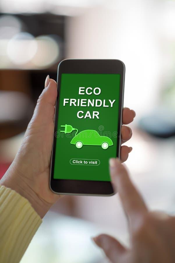 Concept van de Eco het vriendschappelijke auto op een smartphone stock foto