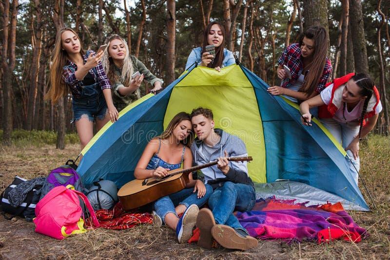 Concept van de gitaarpaparazzi van het liefdepaar het speel royalty-vrije stock afbeelding