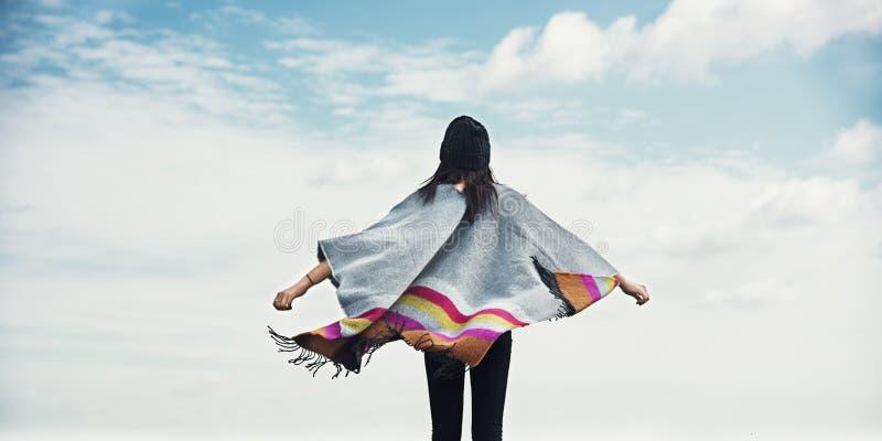 Concept van de Wapens Uitgestrekte Onbezorgde Cloudscape van de vrouwen het Achtermening stock fotografie