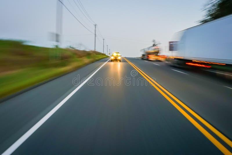 Concept van de de wegavond van het motieonduidelijke beeld het landelijke stock afbeeldingen