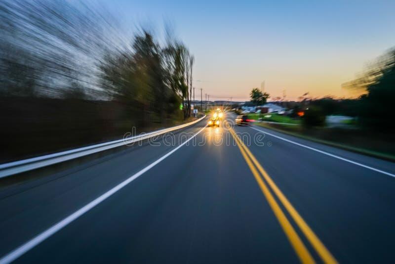 Concept van de de wegavond van het motieonduidelijke beeld het landelijke stock fotografie