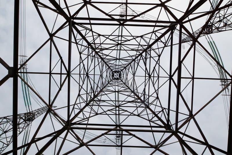 Concept van een lange metaaltoren van hoogspannings elektrolijn tegen de hemel royalty-vrije stock fotografie