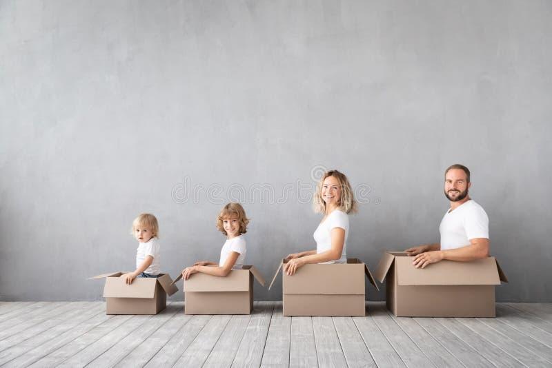 Concept van het de Daghuis van het familie het Nieuwe Huis Bewegende stock afbeelding