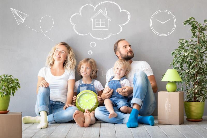 Concept van het de Daghuis van het familie het Nieuwe Huis Bewegende stock afbeeldingen