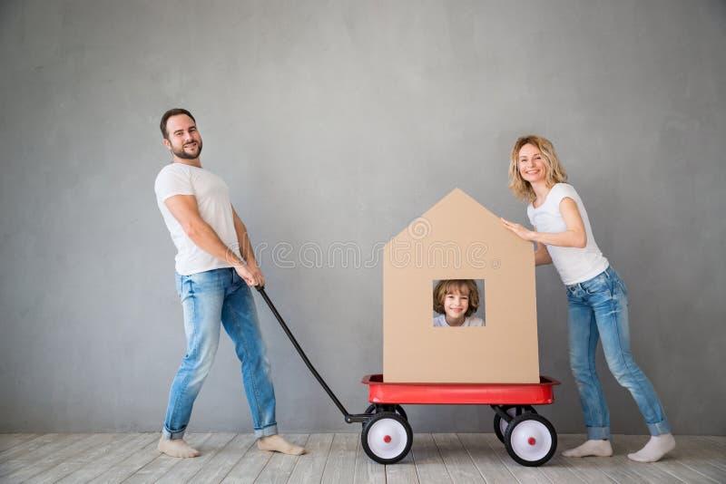 Concept van het de Daghuis van het familie het Nieuwe Huis Bewegende royalty-vrije stock foto's