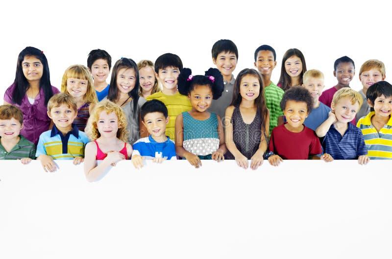 Concept van het de multi-etnische Holdings het Lege Aanplakbord van Groepskinderen stock fotografie