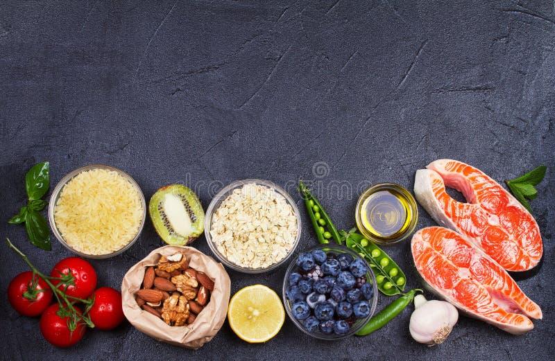 Concept van het Detox het gezonde voedsel met zalmvissen, groenten, vruchten en ingrediënten voor het koken royalty-vrije stock afbeeldingen