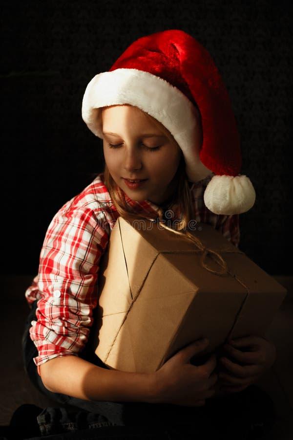 Concept van het Kerstmis het nieuwe jaar Huis comfortabele situatie, gelukkig meisje in s royalty-vrije stock foto
