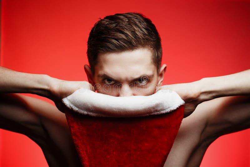 Concept van het Kerstmis het nieuwe jaar Mens die met de hoed van de Kerstman ANG kijken royalty-vrije stock foto
