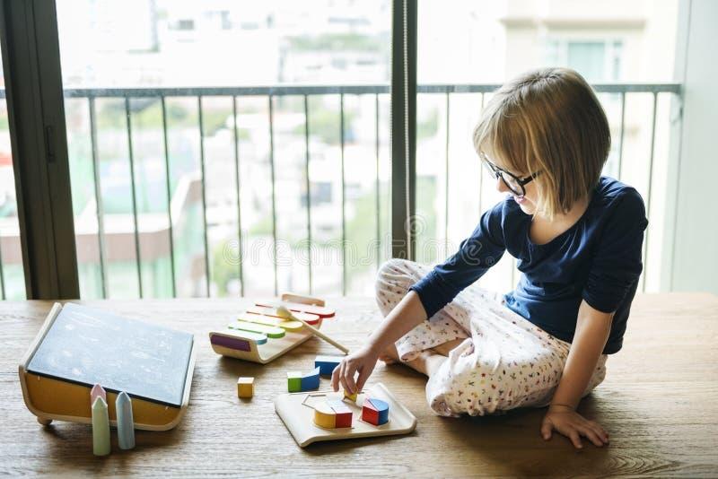 Concept van het meisje het Speelspeelgoed stock foto's