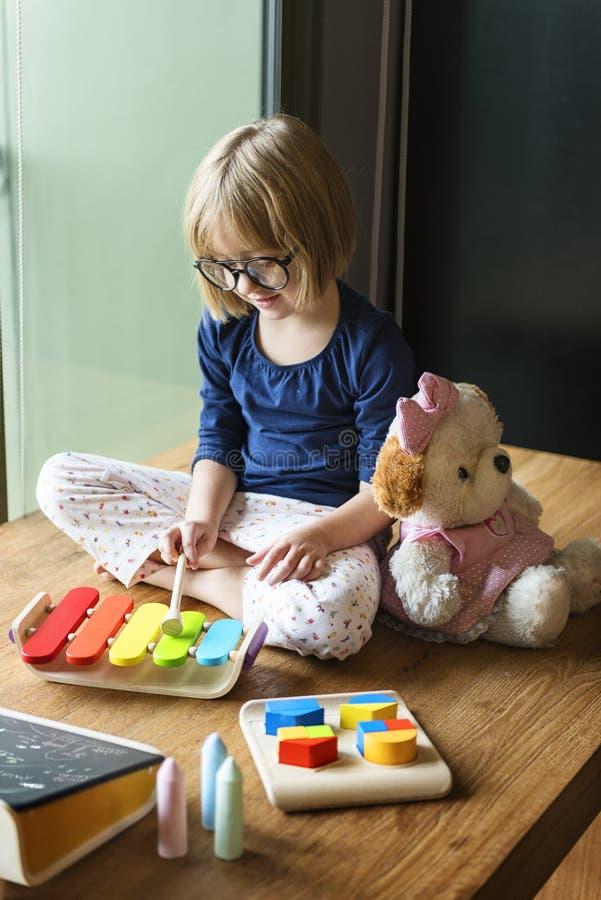 Concept van het meisje het Speelspeelgoed royalty-vrije stock afbeeldingen