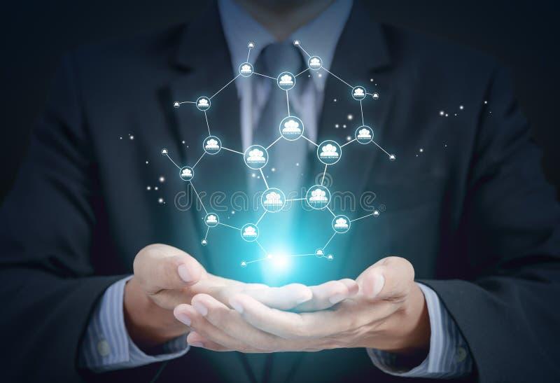 Concept van het zakenman het huidige sociale voorzien van een netwerk op handen royalty-vrije stock foto's