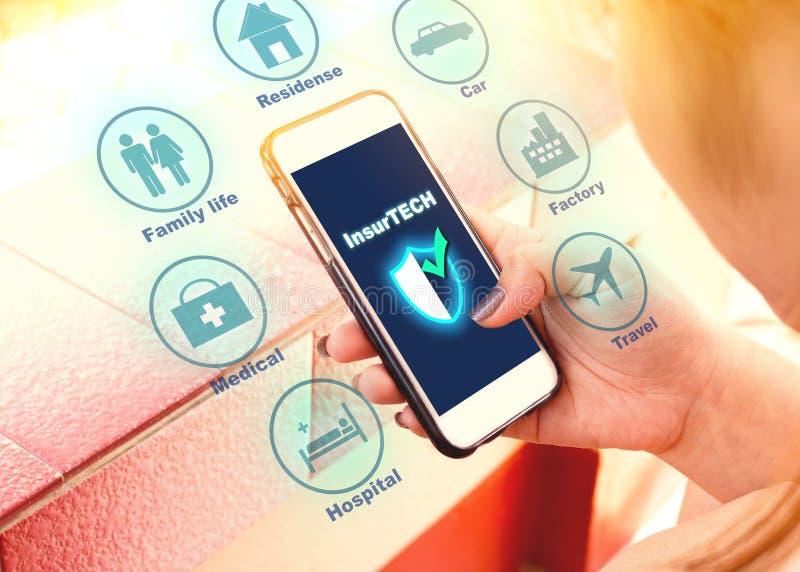 Concept van Insurtech van de verzekeringstechnologie, vrouw die gegevens inf het kijken stock afbeeldingen