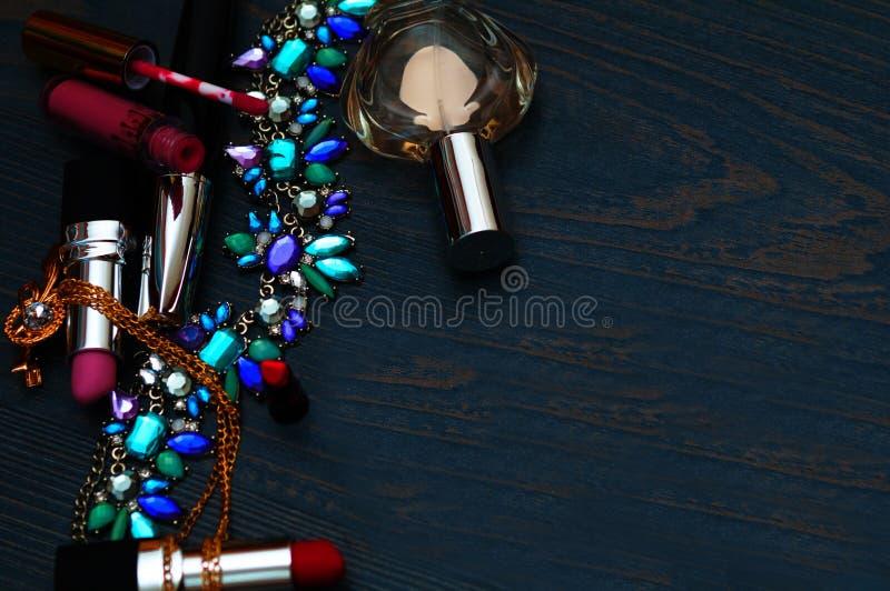 Concept van manier het vrouwelijke blogger Minimale reeks vrouwentoebehoren op achtergrond Stilleven van voorwerpen: schoonheidsm stock foto's