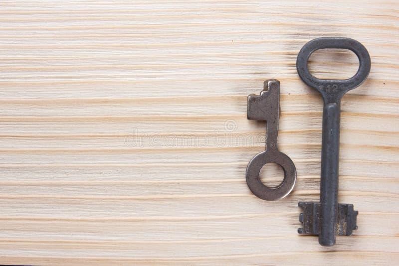 Concept 6 van onroerende goederen De zilveren sleutel met exemplaarruimte voor advertentietekst en de lege zaken nemen nota van s stock afbeelding