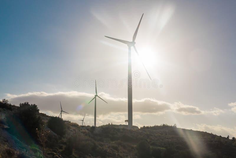 Concept vert d'énergie renouvelable - turbines de générateur de vent en ciel image stock