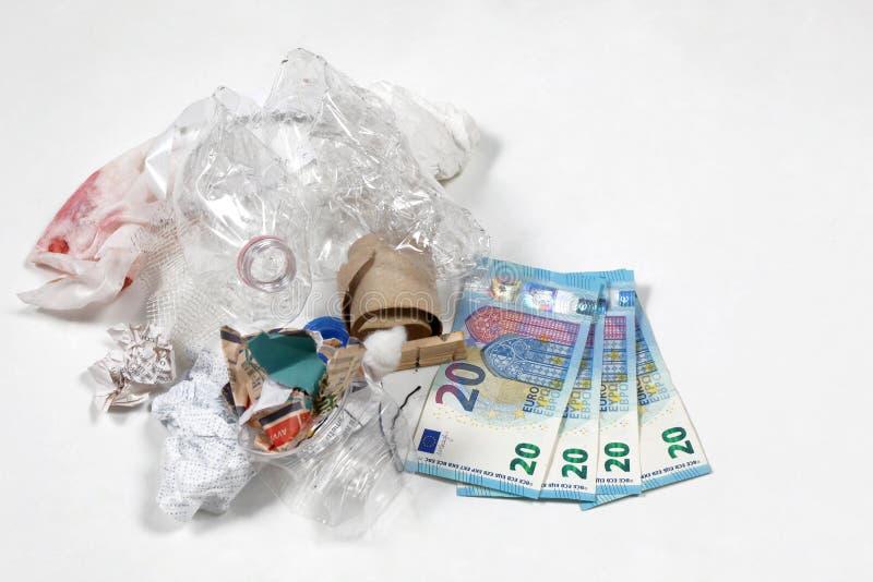 Concept vert viable d'économie : pile de déchets avec le billet de banque photo stock