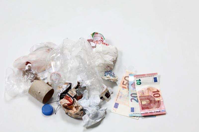 Concept vert viable d'économie : pile de déchets avec le billet de banque image stock
