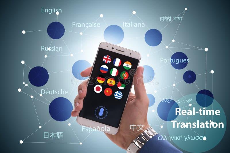 Concept vertaling in real time met smartphone app stock foto's