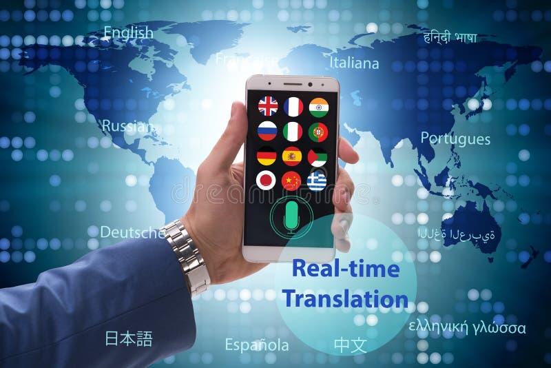 Concept vertaling in real time met smartphone app stock fotografie