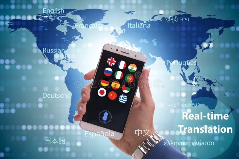 Concept vertaling in real time met smartphone app stock afbeeldingen