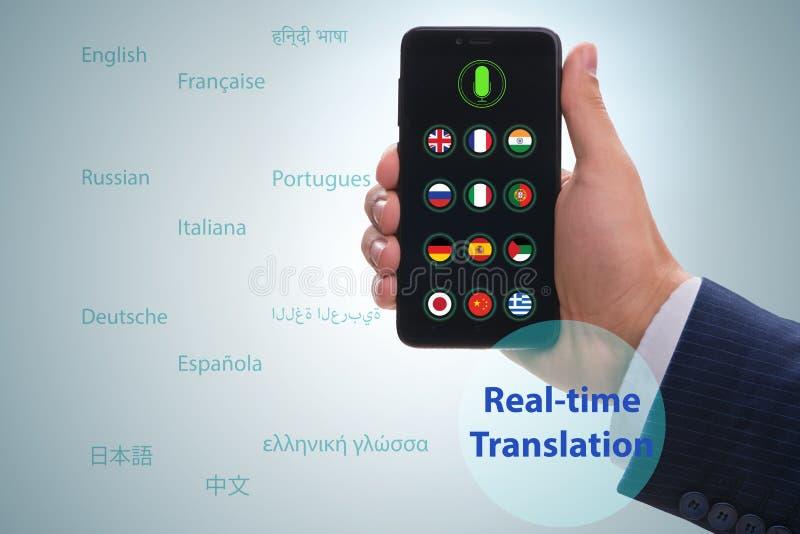 Concept vertaling in real time met smartphone app stock foto