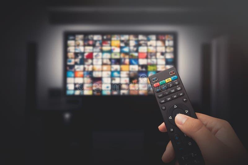 Concept visuel de multimédia sur le poste TV dans la chambre noire photographie stock libre de droits