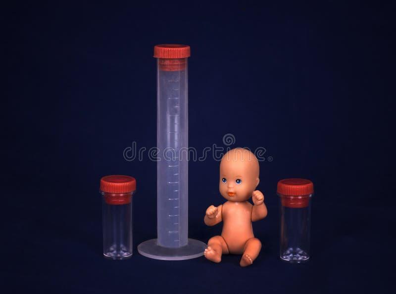 Concept vitro-bemesting - Baby en reageerbuis stock foto's