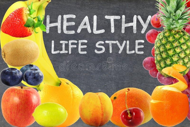 Concept vivant sain de style de vie de nourriture de fruits de fond mélangé de tableau noir images stock