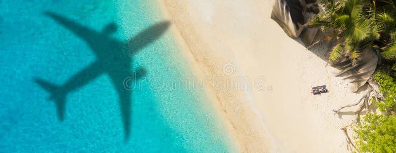 Concept vliegtuigreis naar exotische bestemming stock foto's