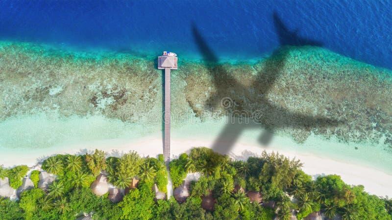Concept vliegtuigreis naar exotische bestemming royalty-vrije stock foto