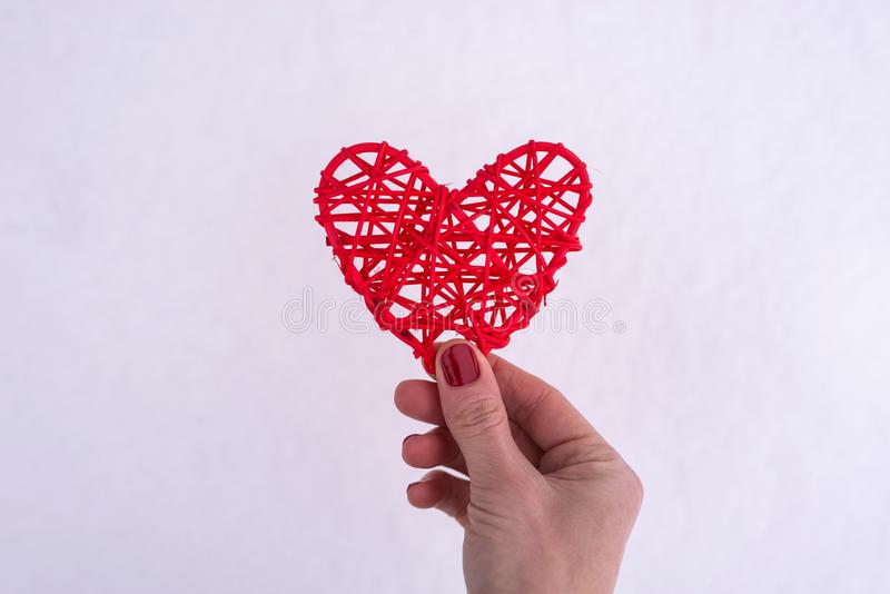 Concept voor Valentine& x27; s Dag, huwelijk: hand die een rood hart houden stock afbeelding