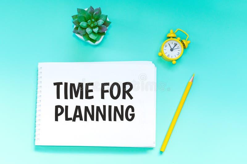 concept voor zaken en boekhouding de inschrijving in het notitieboekje - tijd voor planning royalty-vrije stock foto's