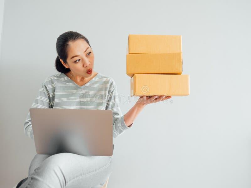 Concept vrouw gelukkig met haar online bedrijfsverkoop royalty-vrije stock foto