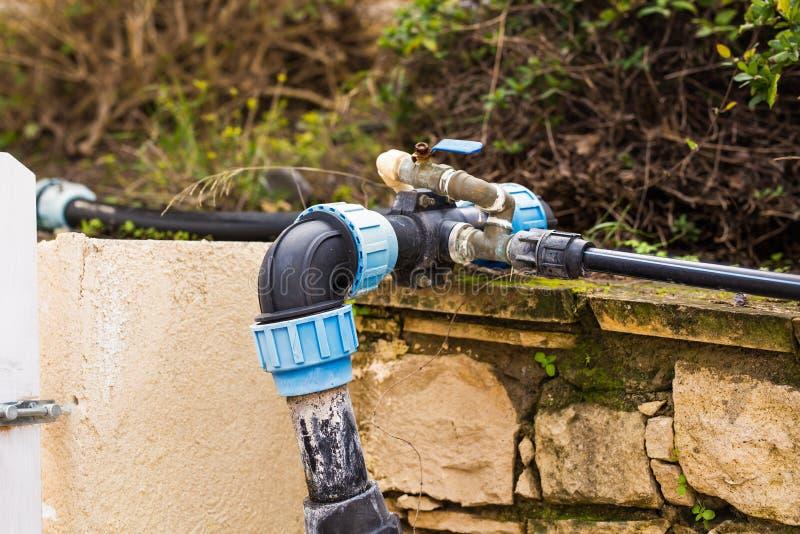 Concept watervoorziening, water, irrigatiesystemen - Plastic pijp in openlucht stock fotografie