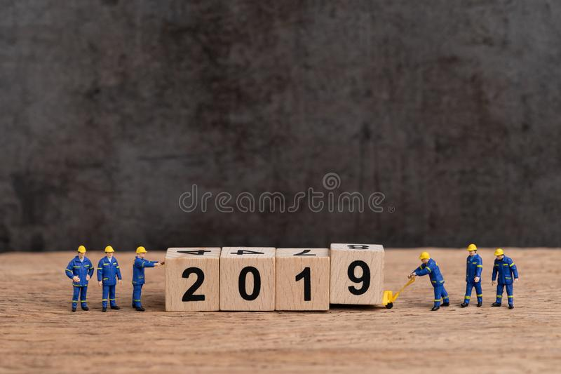 Concept 2019, worke de bonne année uniforme de personnes miniatures mignonnes images libres de droits