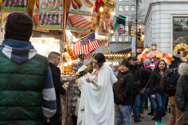 Conceptaul épousant pré des photos des couples à la nourriture troquent vendre des hamburgers à New York City images stock