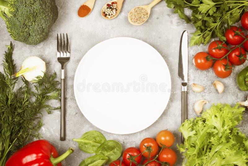 Concepten dieet en plantaardig voedsel Witte plaat Diverse vegetab royalty-vrije stock afbeeldingen
