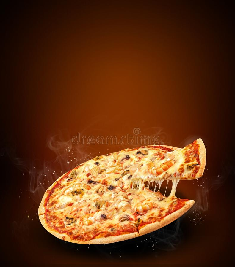 Concepten promotievlieger en affiche voor pizzeriamenu met de heerlijke pizza van smaakzeevruchten, mozarellakaas en exemplaarrui stock afbeeldingen