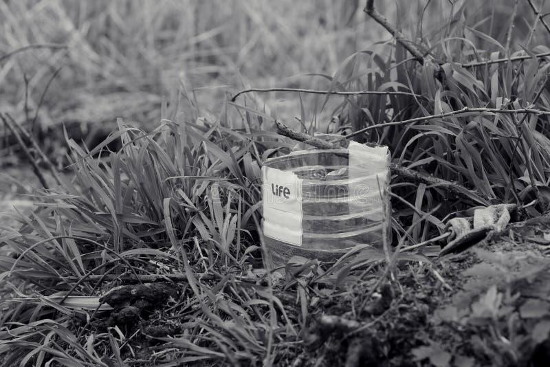 concepten sociaal probleem van het leven onder plastic afval en verontreiniging stock fotografie
