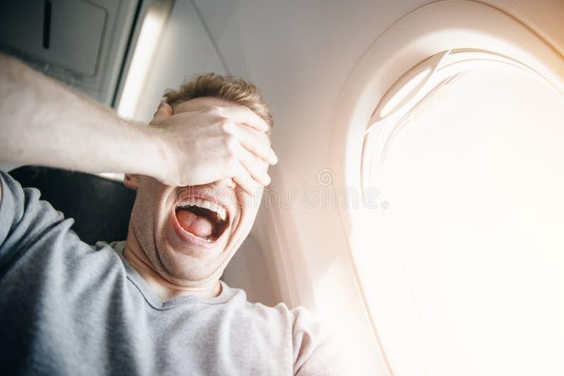 Conceptenaerophobia Bang van vrees die op een vliegtuig en bij hoogte vliegen royalty-vrije stock afbeelding