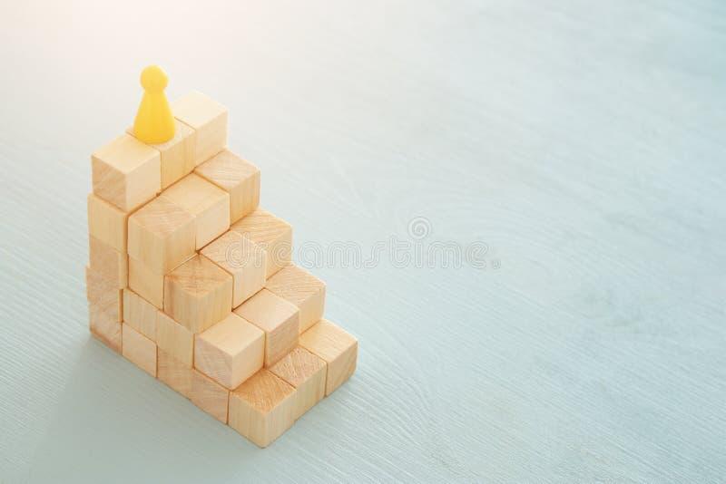 conceptenbeeld van houtsneden die als grafiek of ladder stapelen concept voor de groei en succes royalty-vrije stock fotografie